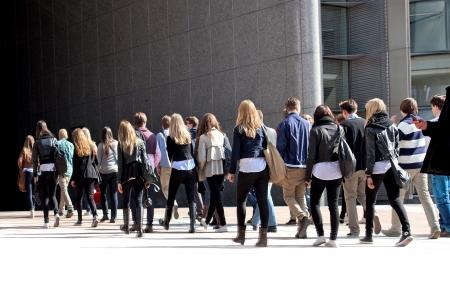 Een groep jonge mensen. Panorama. Stedelijk landschap.