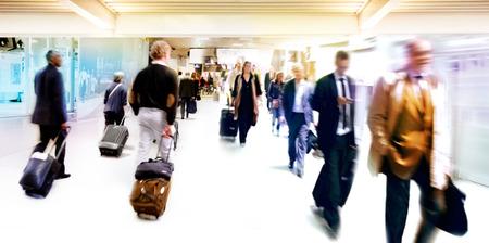 Een grote groep mensen. Panorama. Mensen lopen tegen een lichte achtergrond. Motion blur. Stockfoto