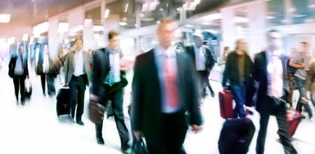 persona viajando: Un grupo grande de personas. Panorama. La gente que camina sobre un fondo claro. El desenfoque de movimiento.