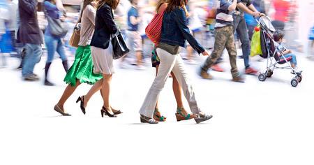 Un grand groupe de personnes marchant. Flou de mouvement Banque d'images