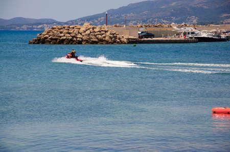 CALA GAMBA, Mallorca, Spanje - 21 juli 2012 Op 21 juli 2012 in Cala Gamba Water Scooter opstijgen van kleine haven van Cala Gamba, Mallorca, Spanje op 21 juli 2012 Redactioneel