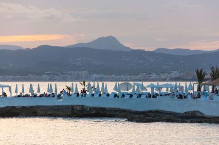 Puro Beach Cala Estancia. Vista sulla baia di Palma e Puro Beach Cala Estancia, Maiorca il 21 luglio 2012 alle tramonto con l'uccello. Mallorca, Isole Baleari, Spagna. Editoriali