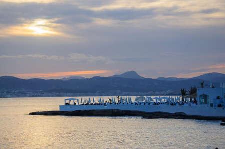 Vista sulla baia di Palma e Puro Beach e il tramonto da Cala Estancia, Maiorca al tramonto con uccelli. Mallorca, Isole Baleari, Spagna.