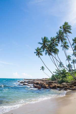 rocky point: Spiaggia tropicale con le rocce, le palme da cocco, spiaggia di sabbia e mare. Rocky Point, Tangalle, Southern Province, Sri Lanka, Asia. Archivio Fotografico