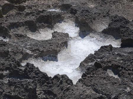 precipitaci�n: La precipitaci�n de la sal en las cavidades de piedra caliza erosionada oxidados negro cerca del mar Mediterr�neo. Julio, Can Pastilla, Mallorca, Baleares, Espa�a. Foto de archivo