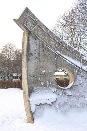 escultura romana: V�llingby, Estocolmo, Suecia - 18 de enero 2014: Invierno detalle escultura en nieve con n�meros romanos Cinco y Seis - El reloj de sol de Sven Goran Holmstrom, Solursparken el 18 de enero de 2014 en Vallingby, Estocolmo, Suecia