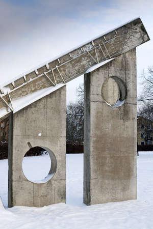 escultura romana: V�llingby, Estocolmo, Suecia - 18 de enero 2014: Invierno detalle escultura en nieve - con n�meros romanos seis y siete - el reloj de sol de Sven Goran Holmstrom, Solursparken, el 18 de enero de 2014 en Vallingby, Estocolmo, Suecia Editorial