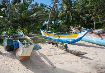 rocky point: Tangalle SRI LANKA 12 Dicembre 2015: Spiaggia con le piccole barche colorate in legno chiaro sulla spiaggia Rocky Point, il 12 dicembre 2015 a Tangalle Sri Lanka.