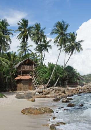 rocky point: Tangalle SRI LANKA 12 Dicembre 2015: Sea food ristorante Pensate Club costruito dai bastoni di legno e sterco di bufala sulla spiaggia Rocky Point, il 12 dicembre 2015 a Tangalle Sri Lanka.
