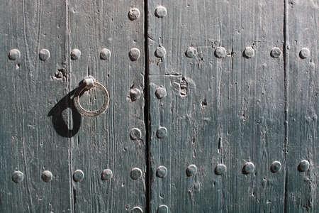 puertas de madera: Puerta de madera con hierro oxidado textura de fondo de bloqueo en un día soleado.