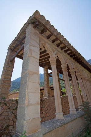 arcos de piedra: MONASTIR MIRAMAR, MALLORCA, BALEARES, ESPA�A - 24 de julio de 2015: Los detalles de la construcci�n de arcos de piedra del monasterio el 24 de julio, 2015, en Mallorca, Baleares, Espa�a en julio. Editorial