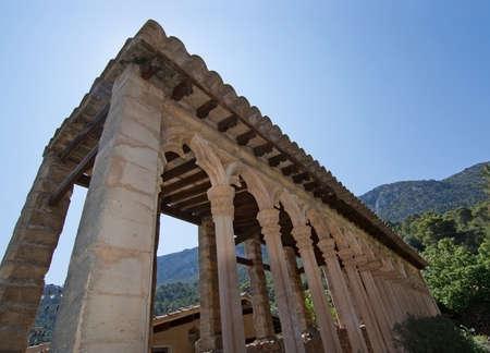 arcos de piedra: MONASTIR MIRAMAR, MALLORCA, BALEARES, ESPAÑA - 24 de julio de 2015: Los detalles de la construcción de arcos de piedra del monasterio el 24 de julio, 2015, en Mallorca, Baleares, España en julio. Editorial