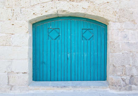 puerta: Puerta de madera de color azul turquesa. puertas pintadas de serie Malta.