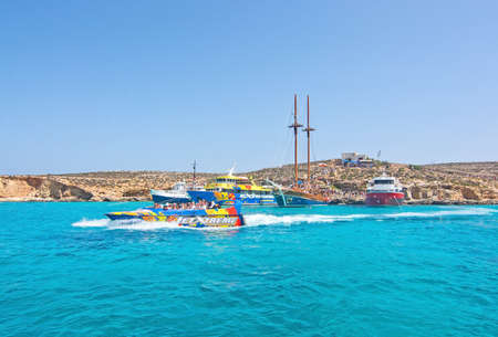 blue lagoon: Laguna blu, Comino, MALTA - 16 settembre, 2015: Tour barche ormeggiare nelle acque cristalline del popolare attrazione turistica Blue Lagoon in una giornata di sole in 16 settembre 2015 nell'isola di Comino, Malta.