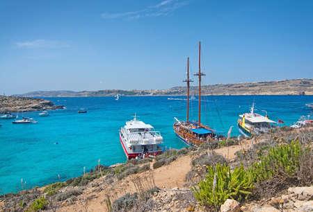 blue lagoon: Laguna blu, Comino, Malta - 16 SETTEMBRE 2015: un giro delle barche in acqua turchese e il paesaggio arido di popolare attrazione turistica Blue Lagoon in una giornata di sole in 16 set 2015 nell'isola di Comino, Malta.