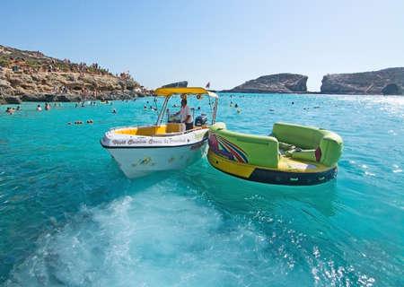 blue lagoon: Laguna blu, Comino, MALTA - 16 settembre, 2015: Barche in acqua turchese chiaro di popolare attrazione turistica Blue Lagoon in una giornata di sole a 16 settembre 2015 nell'isola di Comino, Malta. Editoriali