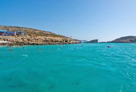 blue lagoon: Laguna blu, Comino, MALTA - 16 settembre, 2015: I visitatori godono le acque cristalline del popolare attrazione turistica principale Blue Lagoon in una giornata di sole in 16 settembre 2015 nell'isola di Comino, Malta.