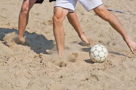 ビーチ サッカー脚クローズ アップと柔らかい砂速度雲とボール