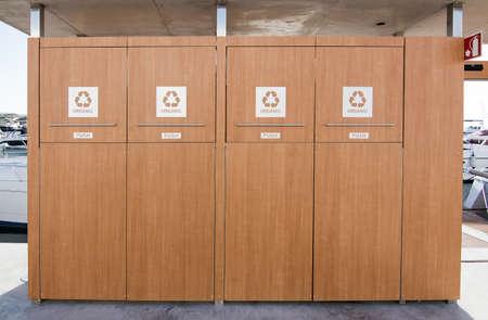 basura organica: Santa Eulalia, Ibiza, Islas Baleares, Espa�a - 16 de diciembre de 2015: contenedores de basura para el hogar en madera de dise�o elegante para la basura org�nica para yates y veleros en el puerto deportivo el 16 de diciembre de 2015, de Ibiza, Islas Baleares, Espa�a