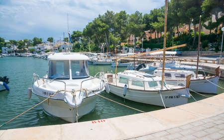 PORTO PETRO, MAJORQUE, ÎLES BALEARES, ESPAGNE - 21 juillet 2013: Amarré de petites embarcations dans la marina par une journée d'été ensoleillée le 21 juillet 2013 à Aucanada, îles Baléares, Espagne.