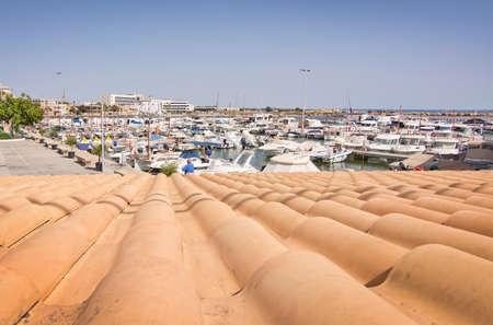 CALA GAMBA, MALLORCA, Balearen, Spanje - 30 juli 2016: Mallorcaanse betegeld terracotta dak bekijk details langs outdoor fietsen spoor op een zonnige dag op 30 juli 2016 in Cala Gamba, Mallorca, Balearen, Spanje. Redactioneel