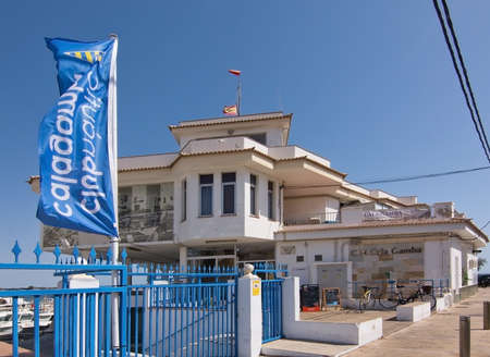 CALA GAMBA, MALLORCA, Balearen, Spanje - 30 juli 2016: Cala Gamba jachthaven visrestaurant en vlag op een zonnige dag op 30 juli 2016 in Palma de Mallorca, Balearen, Spanje.