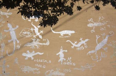 lizzard: PALMA DE MALLORCA, BALEARIC ISLANDS, SPAIN - SEPTEMBER 25, 2016: Unusual silver color lizzard graffiti El Terreno street on a sunny morning on September 25, 2016 in Palma de Mallorca, Balearic islands, Spain.