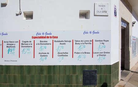 PALMA DE MALLORCA, BALEARISCHE EILANDEN, SPANJE - APRIL 10, 2016: Diverse visschotels op de muur van Club Nautic-de bouw in Cala Gamba in Palma de Mallorca, de Balearen, Spanje op 10 April, 2016.