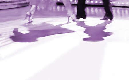 L'estratto della pista da ballo, la pittura digitale in viola monocromatico, le gambe maschili e femminili proiettano ombre sotto i riflettori Archivio Fotografico - 94426024
