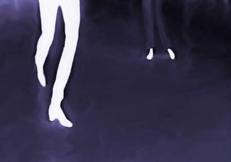 Blauw paarse donkere achtergrond met duidelijk zichtbare benen en voetreflecties in helder wit