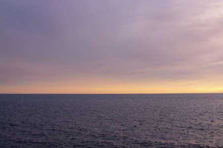 Straight horizon line over Mediterranean sea in pink and blue in November, 2018 in Mallorca, Spain. Stockfoto