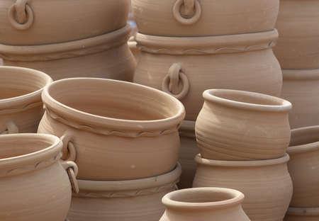 Rustici vasi in terracotta accatastati sul display closeup full frame