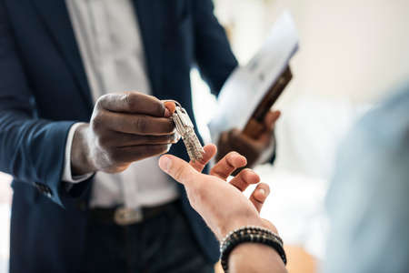 Real estate agent handing the house key to a client Standard-Bild