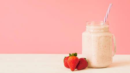 strawberry smoothie cocktail Standard-Bild