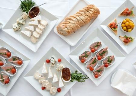 buffet food: decoradas de banquete tabla Configuraci�n de fiesta y forchets Foto de archivo