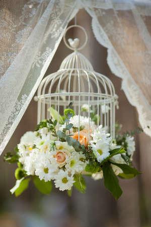 Flores blancas en jaula, decoraciones de la boda en un día soleado Foto de archivo - 36057531