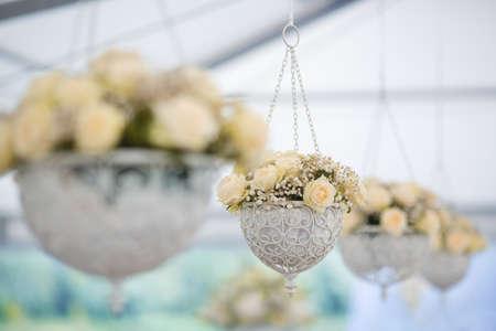 Wedding reception centerpiece close-up met pastel geel en wit