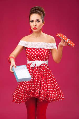mujer decepcionada: Mujer decepcionada regalo, con un vestido retro rojo