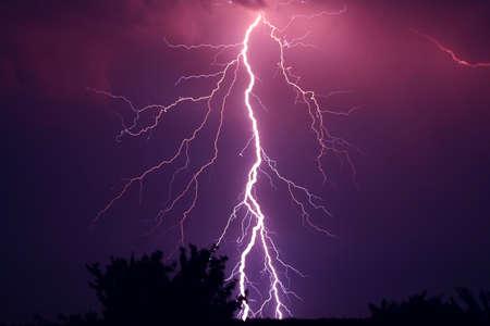 Bliksemschicht image paarse kleur bij nacht