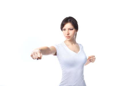 防衛: ファイティングスタンス白い背景の上の若い女性