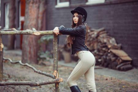femme et cheval: Belle jeune fille sourire habiller compétition uniforme: à l'extérieur portrait