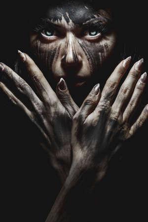 femme noire nue: portrait effrayant de la femme. th�me D�mon Halloween