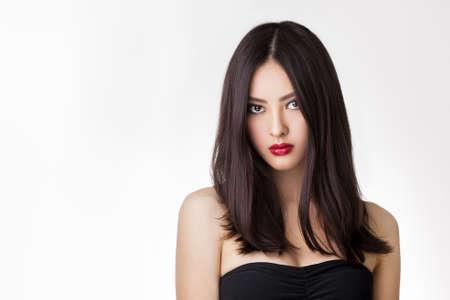 孤立した白地の長い髪を持つ美しい若いアジア女性