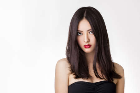 Mooie jonge Aziatische vrouw met lang haar op een witte achtergrond geïsoleerd Stockfoto