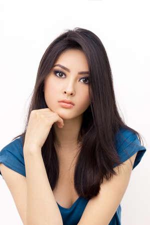 Portret pięknej młodej kobiety z poważnym wyrazem. Mieszane rasy azjatyckiej Chiński Biały Kaukaski modelka. Zdjęcie Seryjne