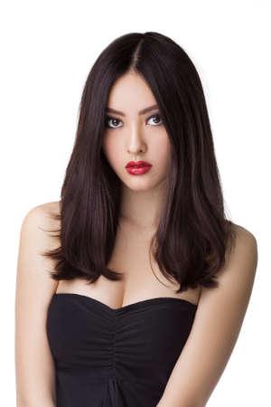 Bela jovem asiática com cabelos longos no fundo branco isolado Imagens