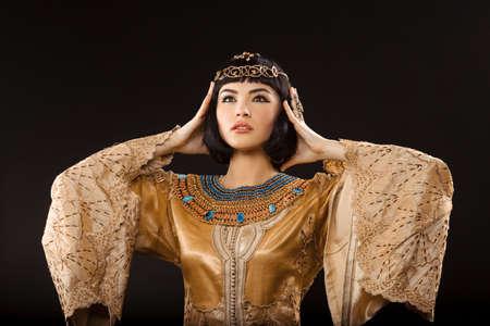 Vrouw met hoofdpijn. Glamorous close-up portret van mooie sexy stijlvolle brunette jonge vrouw model met lichte make-up. Cleopatra