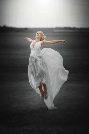 Mooi Meisje In Blazende Kleding Vliegen. Gratis. Freedom concept