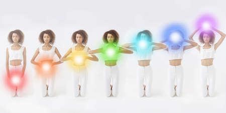 Femme méditant. Des chakras colorés s'allument sur son corps. Concept de yoga, zen, bouddhisme, récupération et bien-être.