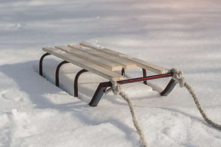Traîneau avec corde dans la neige gros plan d'hiver. Banque d'images